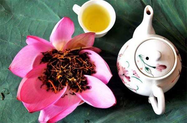 tea on lotus leaf