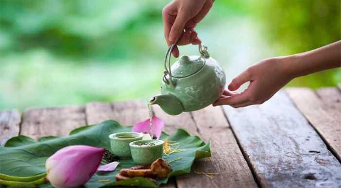 pouring Vietnamese lotus tea